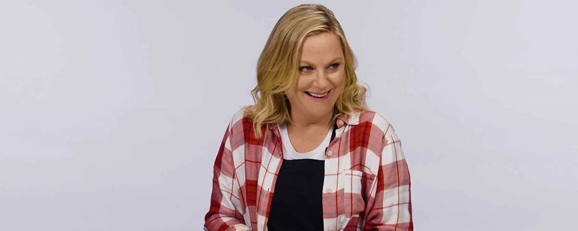 (Video) Amy Poehler Slices Loaves of Kinetic Sand